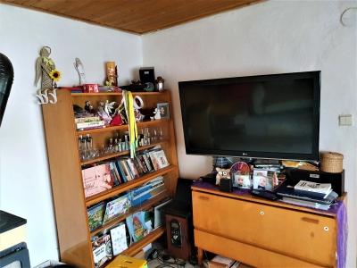 Obývacia stena v retro štýle s komodou v obývacej miestnosti